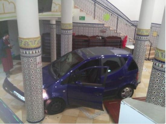 Во Франции автомобиль въехал в мечеть