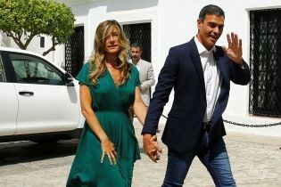 В изумрудном платье с декольте и питоновых босоножках: как выглядит жена премьер-министра Испании