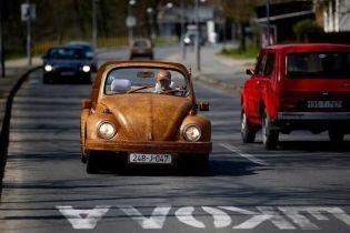 Пенсионер потратил два года, чтобы сделать деревянный VW Beetle