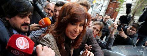 В клетчатом костюме и с сумочкой Gucci: стильный образ экс-президента Аргентины