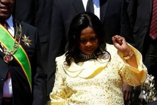 В ярком ажурном платье и на шпильках: первая леди Зимбабве на торжественной церемонии