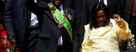 У яскравій ажурній сукні і на шпильках: перша леді Зімбабве на урочистій церемонії