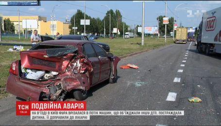 На выезде из Киева фура врезалась в поток машин, есть пострадавшие  На выезде из Киева фура врезалась в поток машин, есть пострадавшие