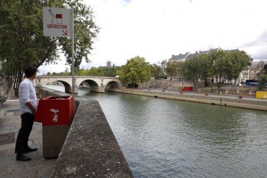 У Парижі на вулицях встановили екологічні, але дуже публічні пісуари. Місцеві жителі обурені