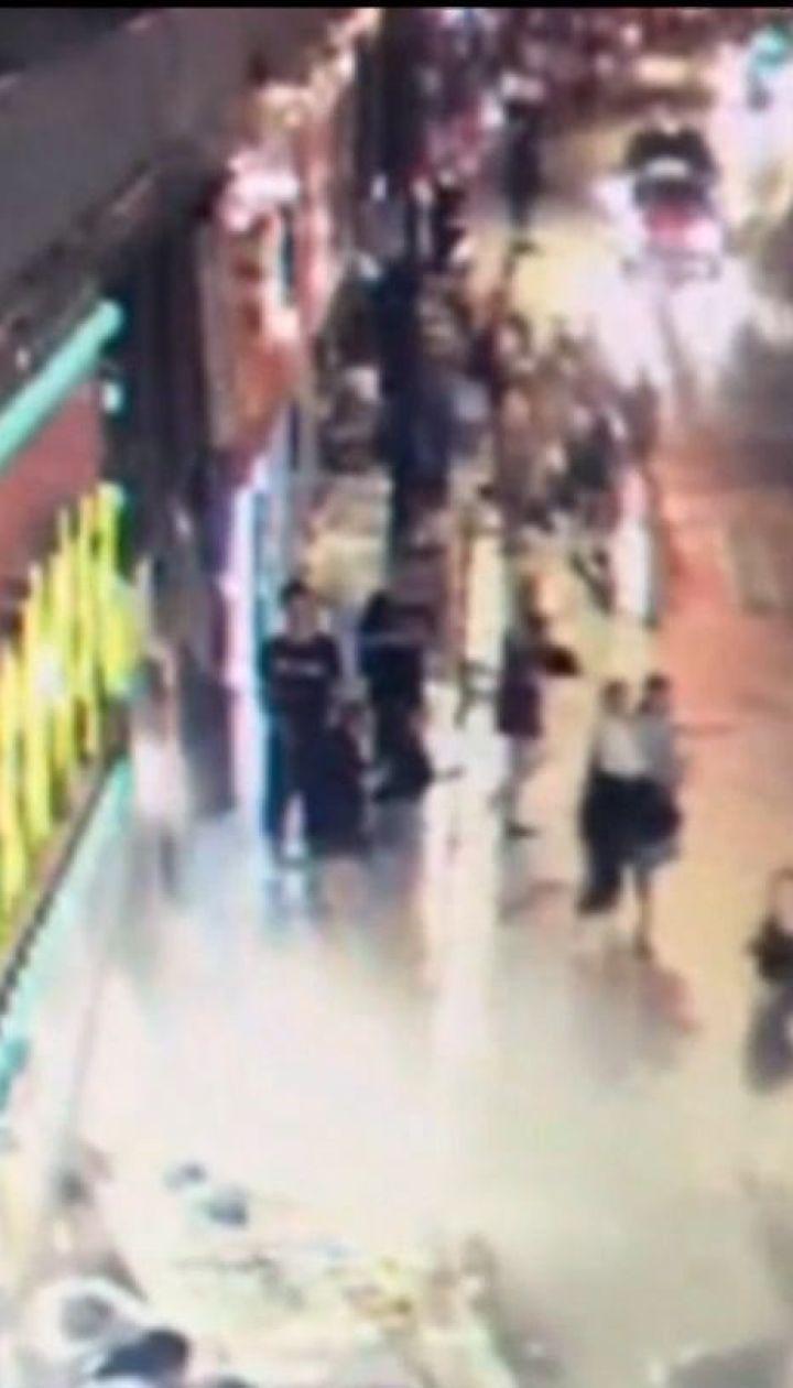 В Шанхае трех прохожих убила огромная вывеска магазина