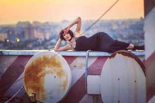 В сексуальном образе: Надя Мейхер позировала на крыше