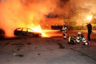 В разных городах Швеции молодые люди в балаклавах за ночь дотла сожгли почти сотню автомобилей