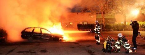 У різних містах Швеції молодики в балаклавах за ніч вщент спалили майже сотню автівок