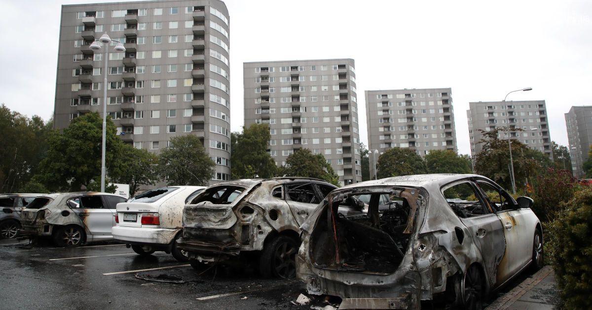 «ФАКТЫ»: ВШвеции неизвестные заночь сожгли десятки легковых машин