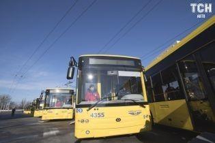 В Киеве сняли, как водитель автобуса ехал с сигаретой и телефоном в руках