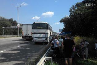Около полусотни пассажиров нелегального автобуса застряли на пути в Луганск из-за поломки