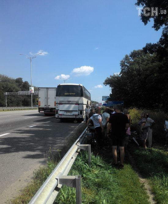 Близько півсотні пасажирів нелегального автобуса застрягли на шляху до Луганська через поломку