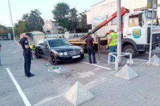 Во Львове эвакуировали элитный Bentley за то, что припарковался по-хамски
