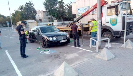 У Львові евакуювали елітний Bentley за хамське паркування
