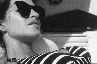 У смугастому купальнику: Сара Карбонеро приймає сонячні ванни