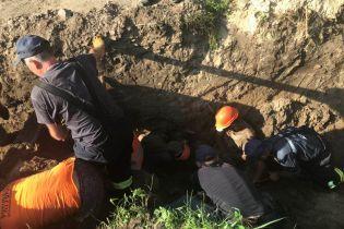 В Борисполе коммунальщиков засыпало землей, есть погибший