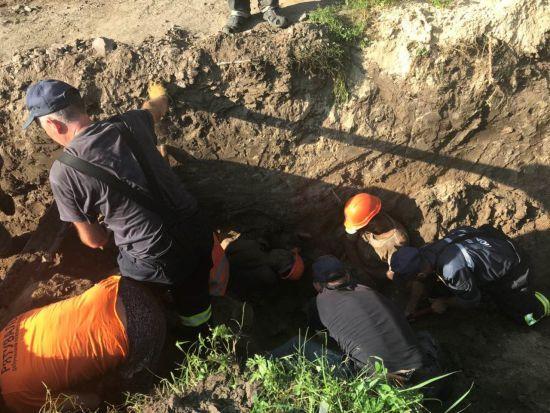 У Борисполі комунальників засипало землею, є загиблий