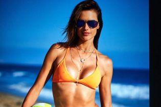 У бікіні та міні-шортах: Алессандра Амброзіо похизувалася пляжним образом