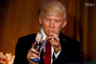 Игрался с Клинтон и боксировал с Меркель: в музее Мадам Тюссо актер сыграл Трампа