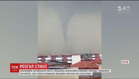 Руйнівні торнадо пронеслися околицями китайського міста Тяньцзінь
