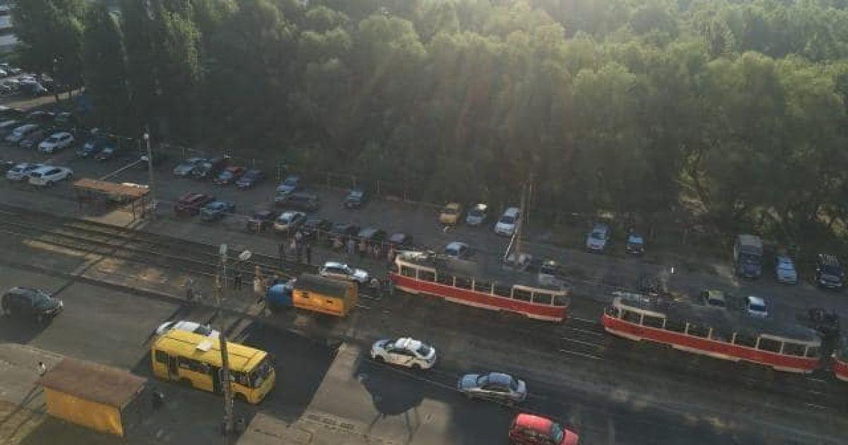В Киеве легковушка сбила людей на переходе и парализовала движение трамваев @ facebook.com/Троещина FB