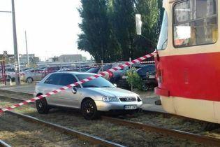 У Києві Audi збила людей на пішохідному переході й вилетіла на трамвайну колію, паралізувавши рух