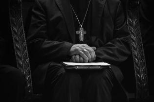 У Польщі активісти скинули статую священика, якого підозрюють у сексуальному насильстві
