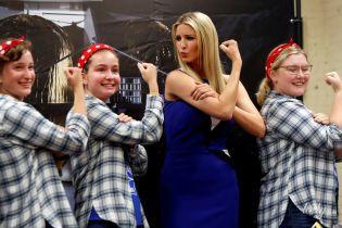Иванка Трамп в обтягивающем платье померилась с девушками бицепсами