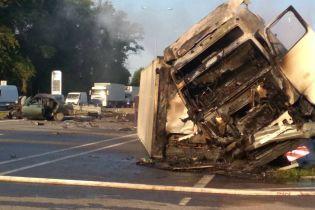 """Жуткое ДТП грузовика и """"десятки"""" на Житомирщине: два человека погибли, водителя фуры разыскивают"""