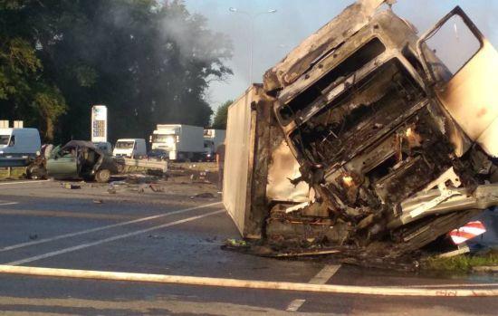 """Моторошна ДТП вантажівки та """"десятки"""" на Житомирщині: двоє людей загинули, водія фури розшукують"""