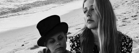 Кароль с сыном на пляже: Тина в платье с цветочным принтом, Вениамин в шляпе
