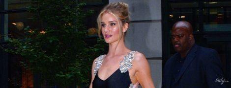 В платье с высоким разрезом: красивая Рози Хантингтон-Уайтли была замечена на Манхэттене