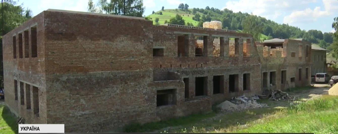 На Прикарпатті мешканці села самі добудовують школу, яку три роки не може звести підрядник
