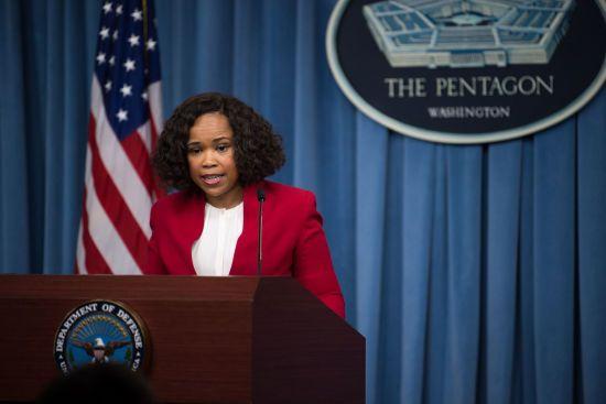 Змушувала купувати снеки та колготки: прес-секретаря Пентагону звинуватили у зловживанні службовими повноваженнями