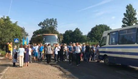 Люди перекрыли дорогу Ивано-Франковск-Львов, требуя ее ремонта