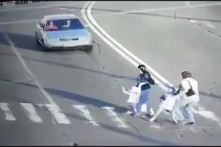 Прокуратура оголосила підозру водію Audi, який збив родину на переході та втік