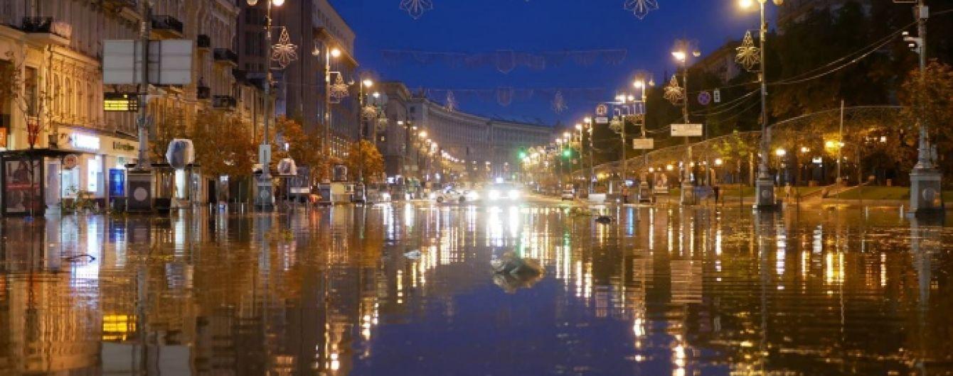 Київ залило і привалило. Унаслідок потужної зливи посеред ночі центр столиці перетворився на річку