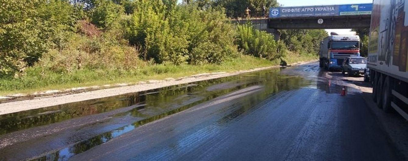 На Виннитчине на дорогу разлилось десять тонн мазута