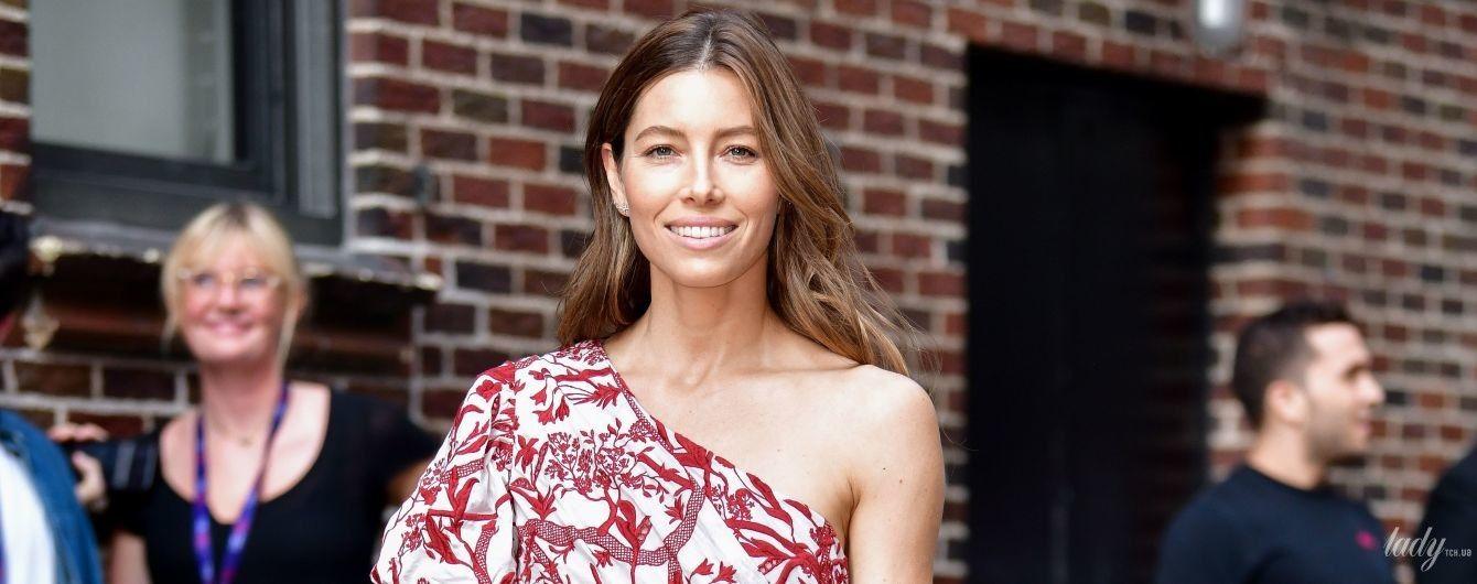 В платье с обнаженным плечом: Джессики Бил посетила телешоу