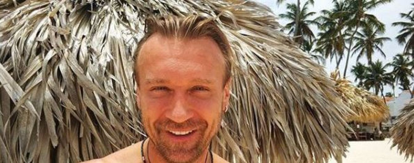 Мускулистый Олег Винник показал, как покорял волны во время серфинга в Доминикане