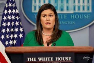 В зеленом платье и без туши под глазами: новый образ пресс-секретаря Белого дома