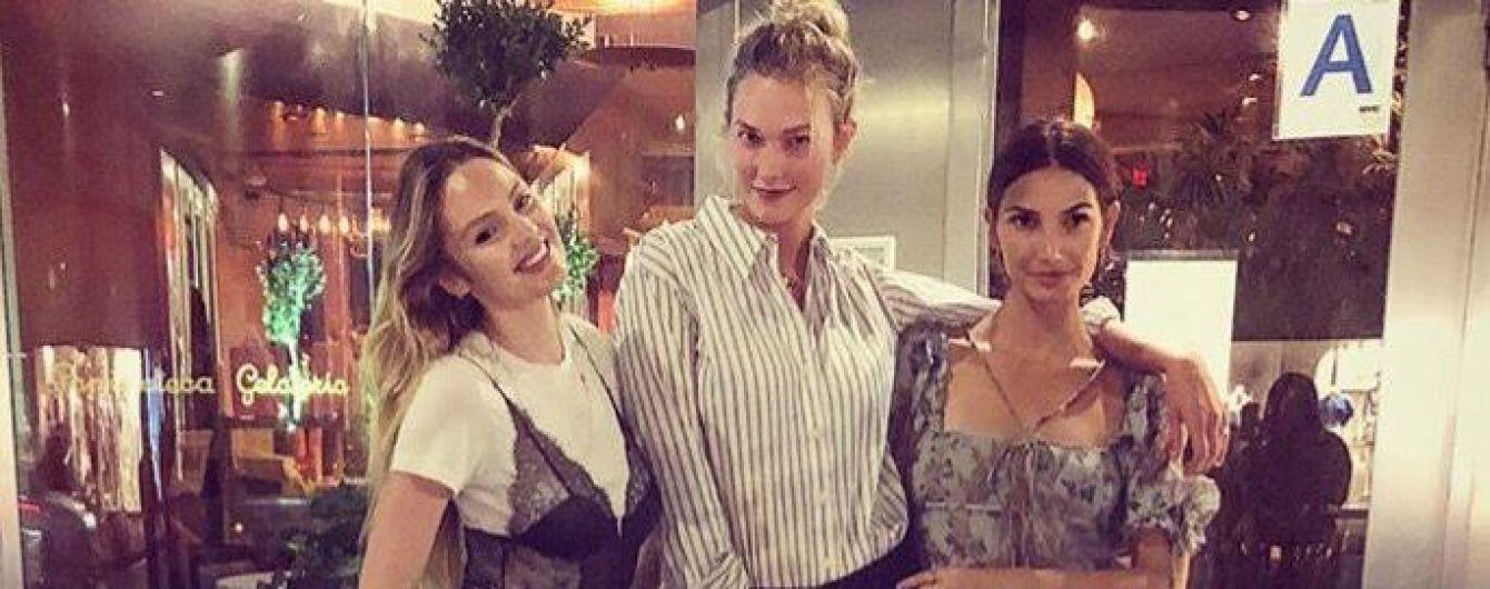 """У """"білизняному"""" топі поверх футболки: Кендіс Свейнпоул одягла на зустріч з подругами дивне вбрання"""