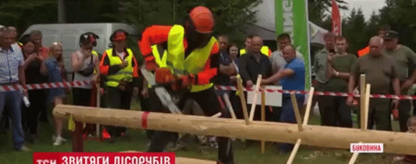 Повалить дерево за минуту, распилить бревно за секунды: на Буковине состоялись соревнования лесорубов