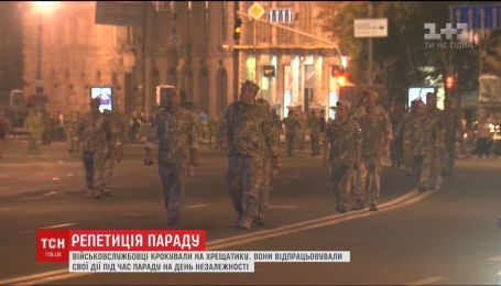 Подготовка к параду: по ночному Крещатику колоннами шагали военные