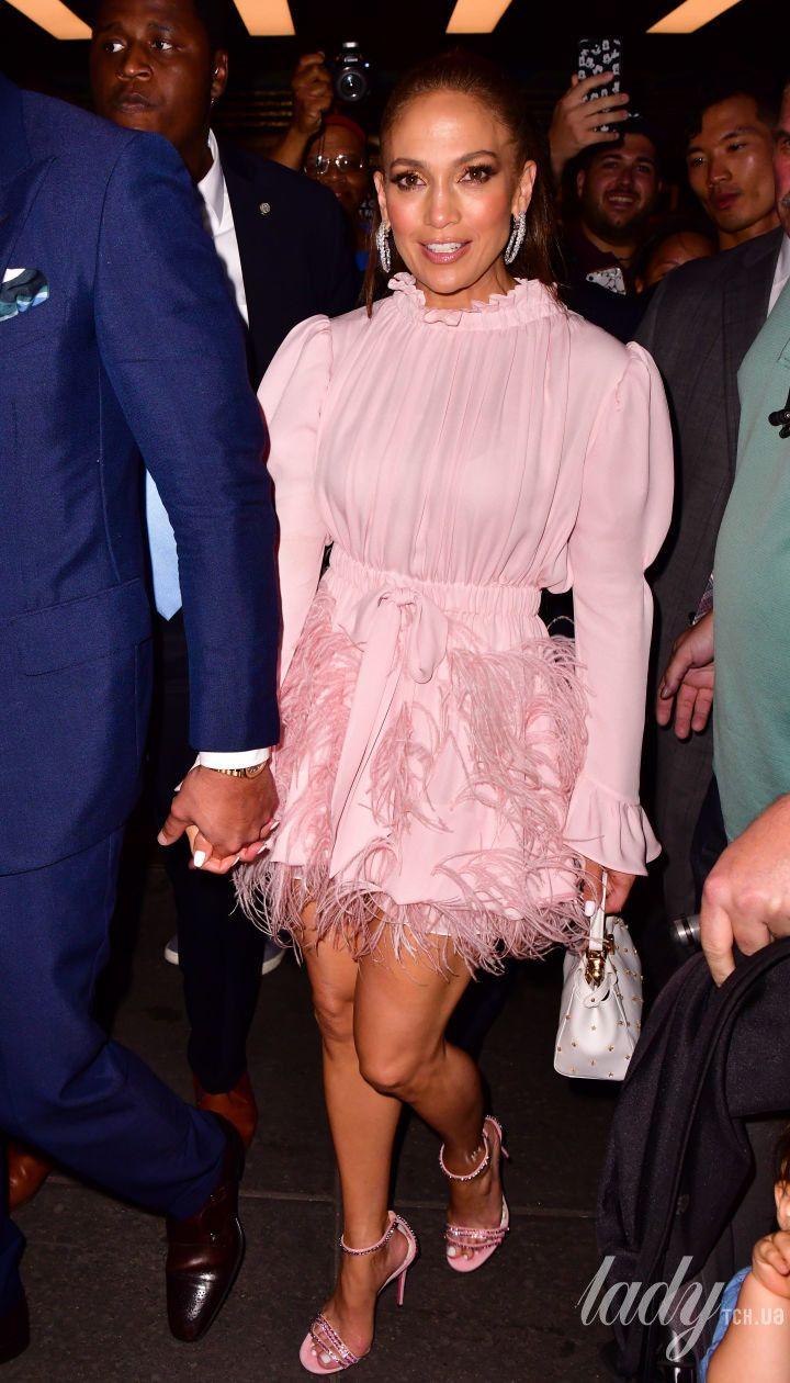 У маленькій рожевій сукні: Джей Ло з коханим сходили на вечірку