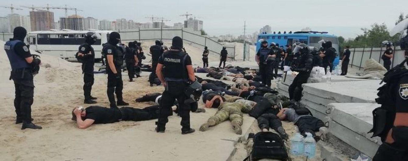 На столичній Дарниці біля будівництва затримали близько 40 молодиків з ножами та зброєю