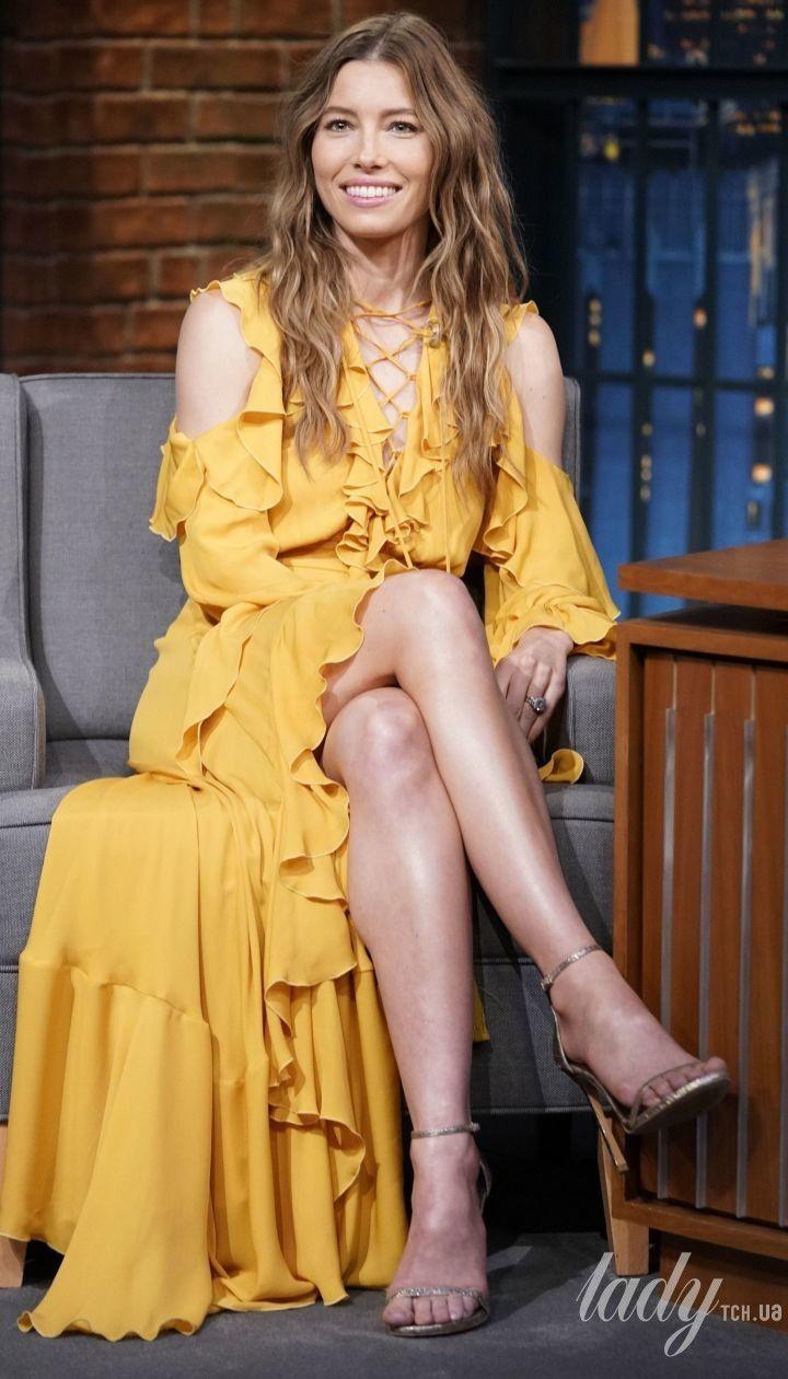 У жовтій сукні з рюшами: Джессіка Біл блиснула стрункими ногами