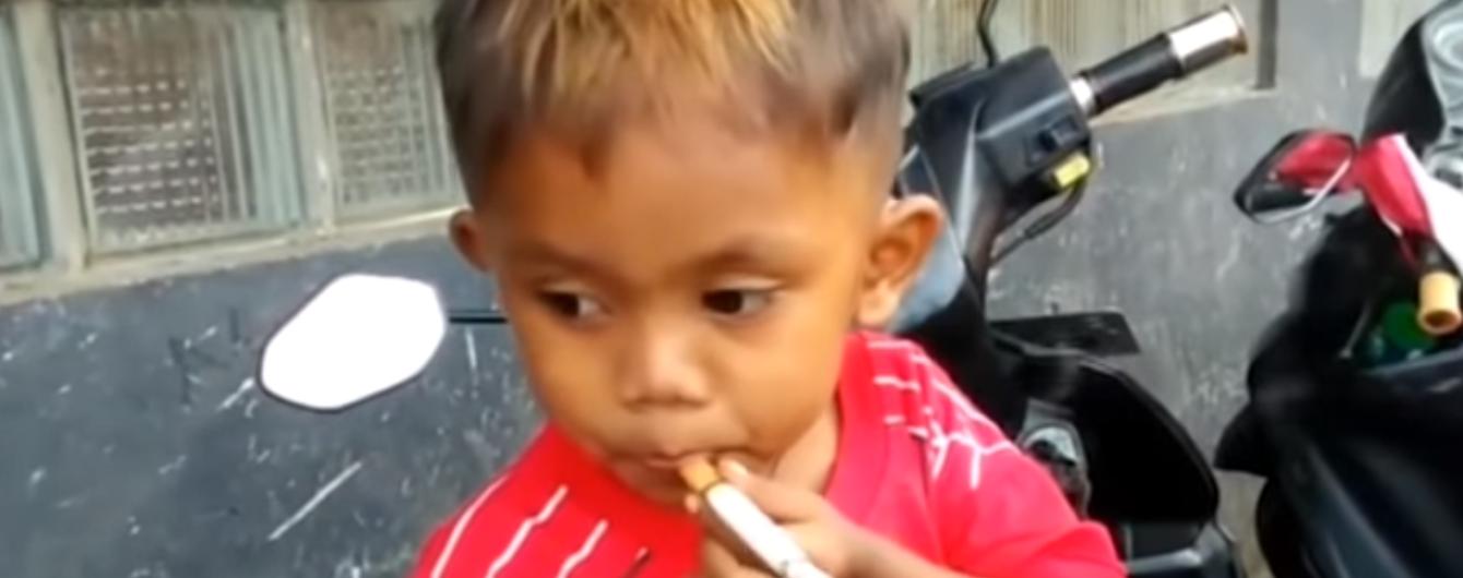 В Індонезії дворічна дитина курить 40 сигарет на день
