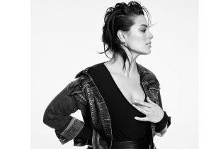У шкіряній спідниці з високим розрізом: Ешлі Грем в сексуальному образі постала перед камерою