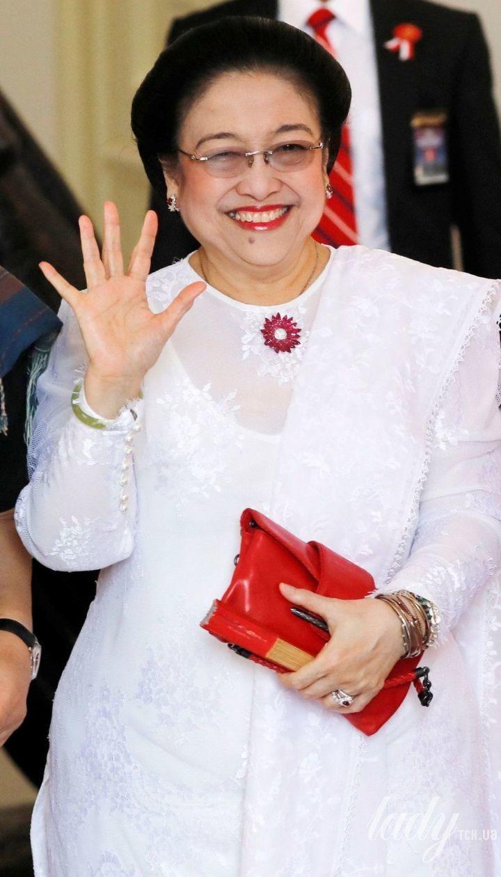 У білосніжній сукні і з червоною помадою: екс-президент Індонезії на урочистій церемонії